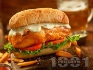 Рецепта Сандвич / бургер с хрупкава бяла риба на фурна и сос с авокадо